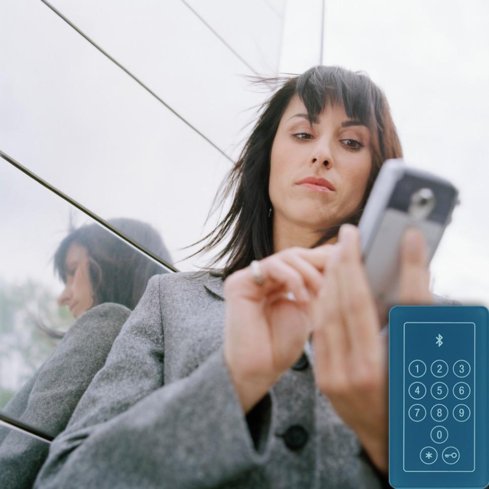 Klawiatura z kodem i telefon komórkowy